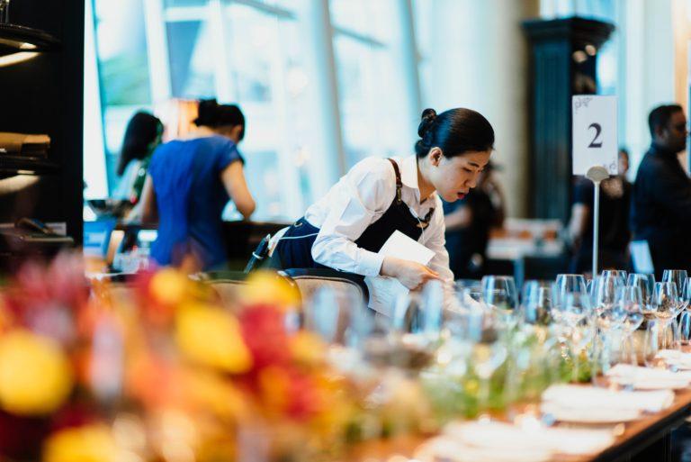 Customer experience waiter restaurant Oteos